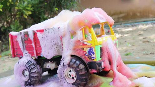 工程车玩具翻斗车掉进泥坑用彩色沐浴露清洗干净