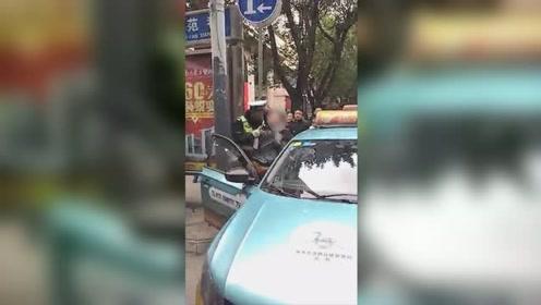 醉酒乘客暴打的姐 猛踹车门被交警一招制服