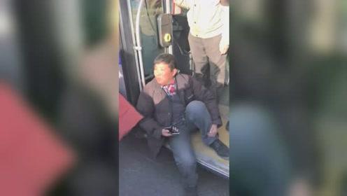 男子携带危险品上车被安保员阻拦 ,坐在门上耍起无赖