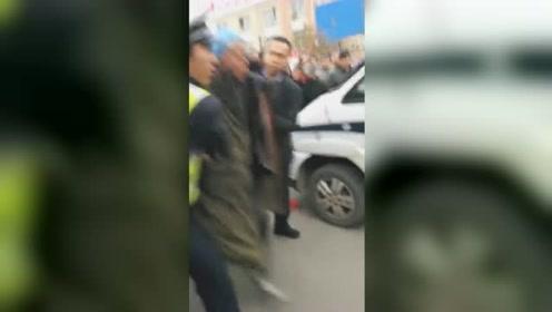 男子手持菜刀疯狂砸车被民警制服