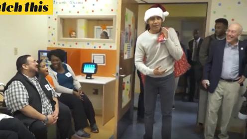 奥巴马着圣诞装儿童医院发礼物 儿童家长:再来一届总统吧