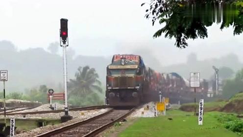 开着火车搞运输,直接运输1火车的卡车,看着真带劲!