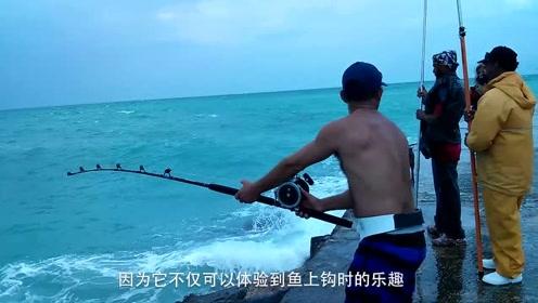 小伙海钓突然巨物咬钩,用尽力气拉上岸一看,所有人都吓跑了