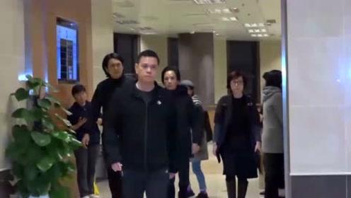 娱乐资讯:周润发向剧组请假 赶回香港送别林岭东