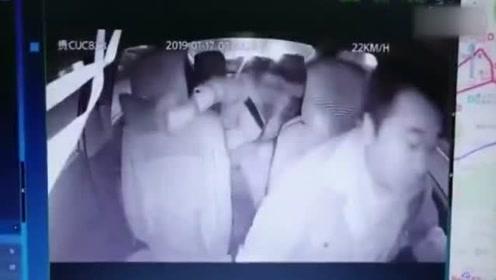 行驶途中乘客暴打出租车司机 用脚蹬踹司机头部