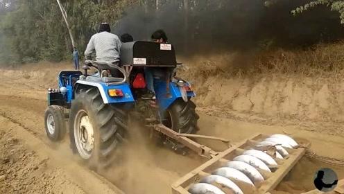 农民制造一个犁地工具首次测试,启动拖拉机一刻全场都欢呼了!