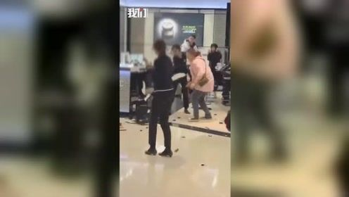 青岛一女子打砸香奈儿专柜 警方:患精神分裂症