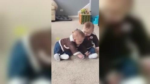 双胞胎弟弟:不就想摸个脚吗,等我我躺下你好好摸,还不行吗?