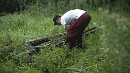 福建小伙独居大山,用原始方法自制木头床,原来送给他