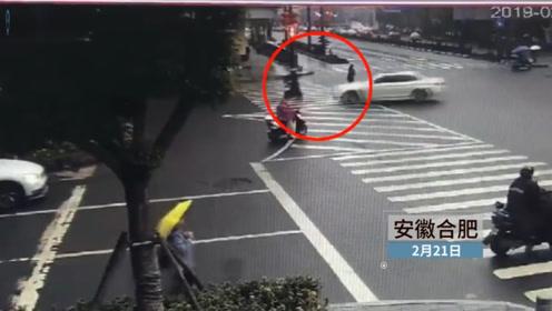 轿车撞上闯红灯电动车 交警开道司机载伤者送往医院