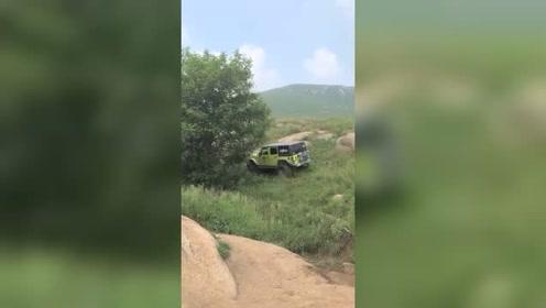 老司机开车穿越大山,哪里没路走哪里!