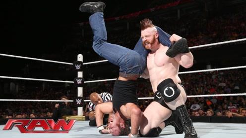 WWE疯子迪安和大白鲨对打,迪安两招将对方制服,兰迪出手将他打爆?