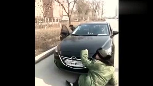 美女开车遇到碰瓷的,结果男友使出杀手锏碰瓷的立马吓跑了啊