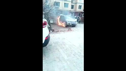 汽车自燃太吓人,旁边的女司机都吓哭了,这年过的真是悲伤!