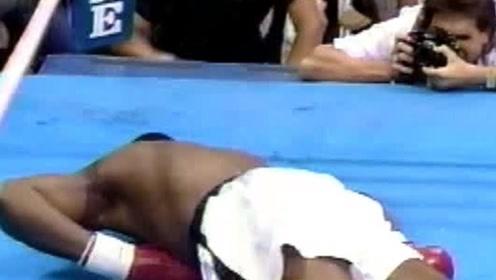 拳拳到脸!黑壮汉一拳KO 对手直接趴在地上躺尸了