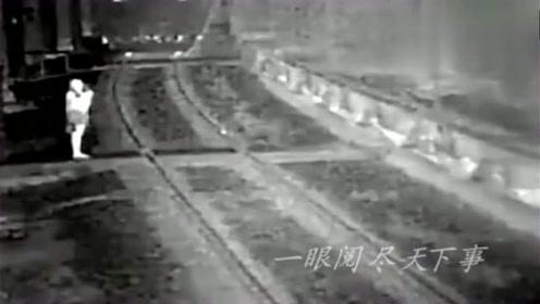 国外美女戴着耳机过火车道,监控拍下生前最后20秒!