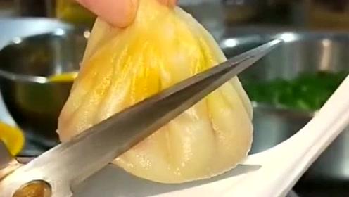 第一次吃这么正宗的灌汤包,戳开皮后的画面,让人垂涎欲滴!