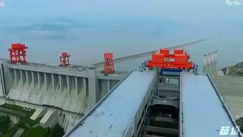 """科技探秘:超级工程-揭晓轮船是如何乘""""超级电梯""""通过三峡大坝"""