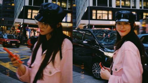 唐嫣穿粉色外套街头漫步 胶片风滤镜充满复古韵味