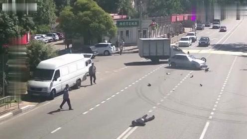摩托车男子任性闯红灯,结果却以生命为代价,令人痛心