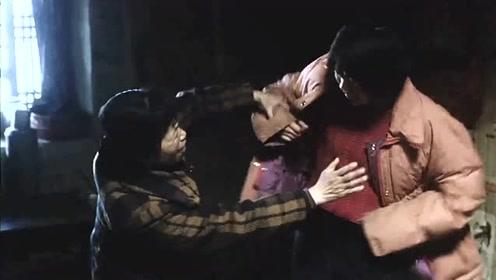 被拐的大学生怀了老汉的孩子,用拳头捶打自己的肚子