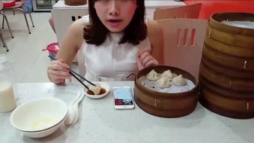 """吃播大胃王:密子君营养早餐""""5笼小笼包、豆浆、南瓜粥、小馄饨"""""""