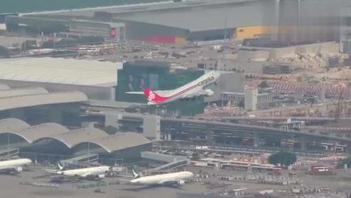 波音777和波音747在跑道上起飞的过程,747真的是巨无霸机型