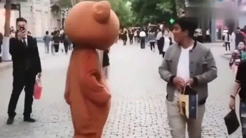 网红熊遇上调皮萌妹子,路人现场围观PK大战,逗笑众人!