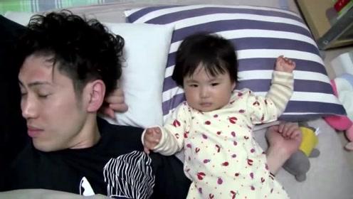 爸爸和女儿一起睡午觉,刚要睡着就被妈妈吵醒,绝对是故意的