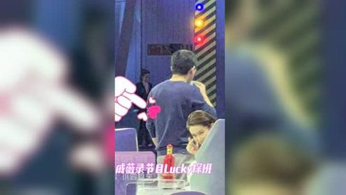 戚薇录节目lucky探班,母女俩比心互动超有爱!