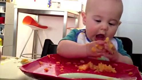 """小宝宝把勺子扔在一边,直接吃""""手抓饭"""",大口大口地吃得好满足"""