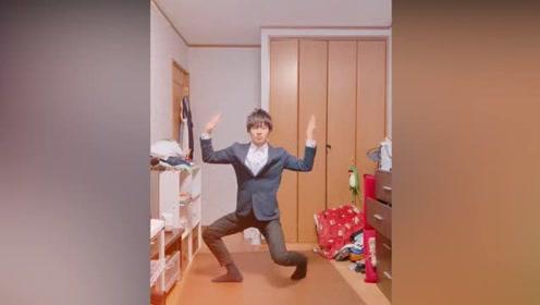 这舞蹈有毒吧,这位小哥跳得太魔性了
