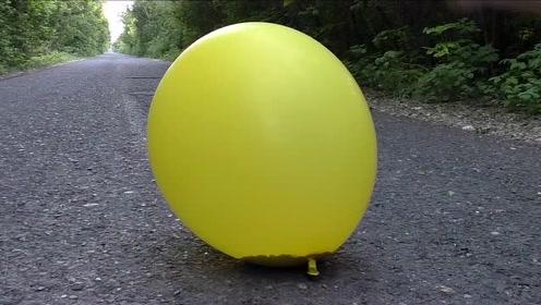 将石灰粉装进气球里,气球不断膨胀,大锤砸下去,会发生什么?