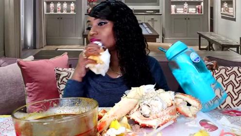 吃蟹阿姨这次直播吃得帝王蟹真的是特别大只