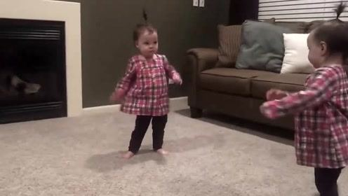 爸爸弹吉他,双胞胎女儿随即来伴舞,这贴心小棉袄实在太可爱的了