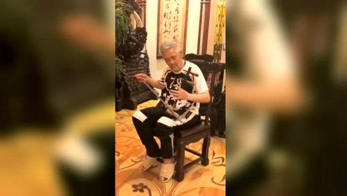 62岁赵本山近期视频曝光,家中穿拖鞋拉二胡状态超好