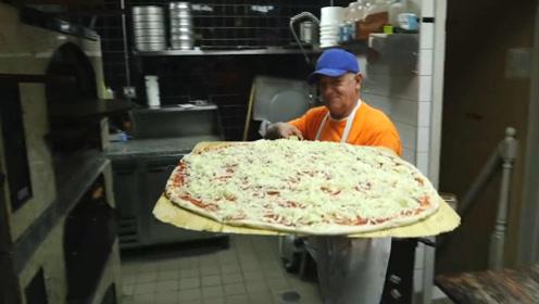 你见过这么大的披萨饼吗?上面还放了好多奶酪