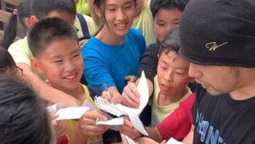 """""""过气""""明星周杰伦被小学生围着要签名,难掩喜色之情!"""