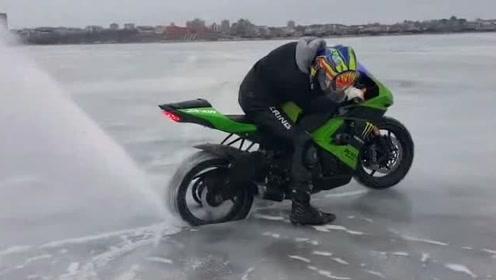 摩托车冰面开洞,轻松就完成,冰窟窿:我不要面子的啊!