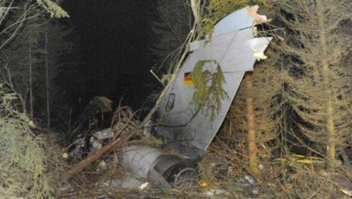 二战最惨飞行员,在树上挂了70年,被发现时早就与树木融为一体