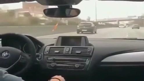 高速超车,司机还能如此淡定单手开车,看来车技不简单