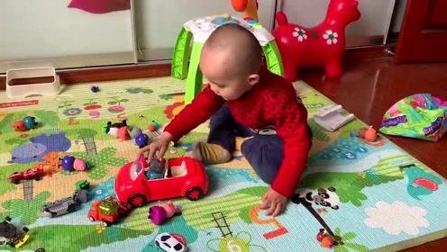 3岁萌娃独自玩小猪佩奇,开车带猪爷爷去河对岸!开心极了!