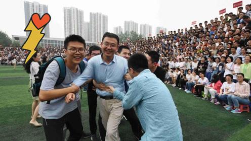 2200人同框拍毕业照,拍摄现场学生疯抢老师,照片2.5米长