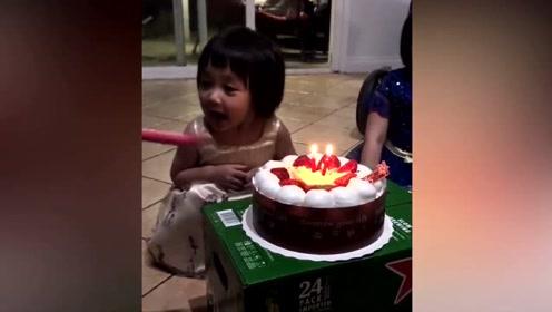 从小就这么暖!小女孩将吹生日蜡烛的机会让给了在哭的姐姐