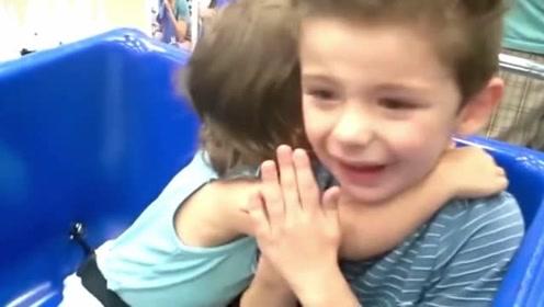 哥哥正在伤心哭泣 暖心妹妹连忙搂住他不停的安慰着
