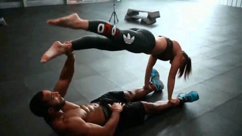 世界顶级男模和女友一起健身 他的手臂力量好强大!
