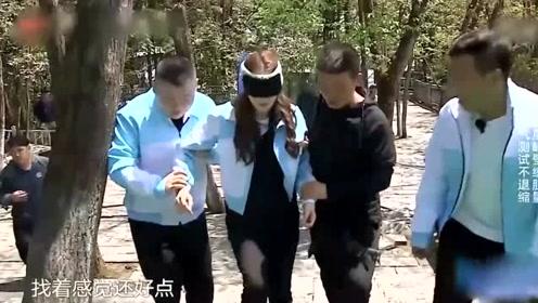 岳云鹏小心扶着热巴上台阶,有谁注意到他手的位置?