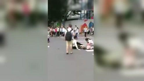 广州一十字路口发生车祸 疑似司机将刹车误踩成油门