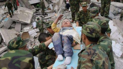 """在汶川地震中,曾感动全国的3岁""""敬礼男孩"""",如今怎么样了?"""