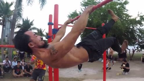 最会玩单杠的小哥哥,看他的肌肉,不牛都难!